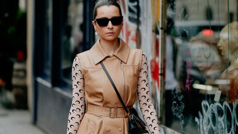 印花秋衣这么穿又潮又美,配背带裙或叠穿T恤都好看,舒适又有型