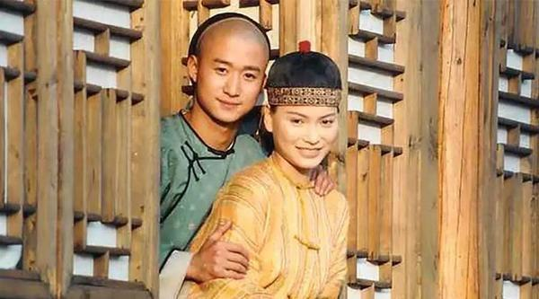 她看不起吴京与其分手,嫁入豪门却被抛弃,如今在菜市场卖鱼