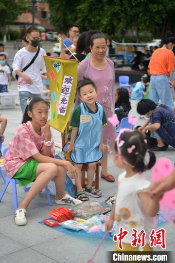 """成都一幼儿园组织小朋友商场门口开设""""儿童玩具跳蚤市场"""" 跳蚤市场 玩具 幼儿园 端游热点  第3张"""
