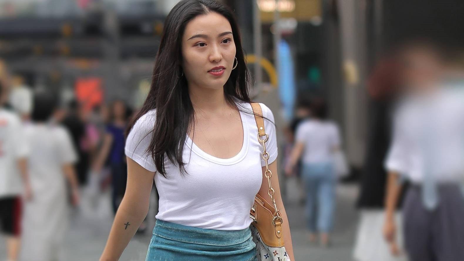 白色T恤搭配蓝色天鹅绒裙和水晶高跟凉鞋,尽显知性优雅