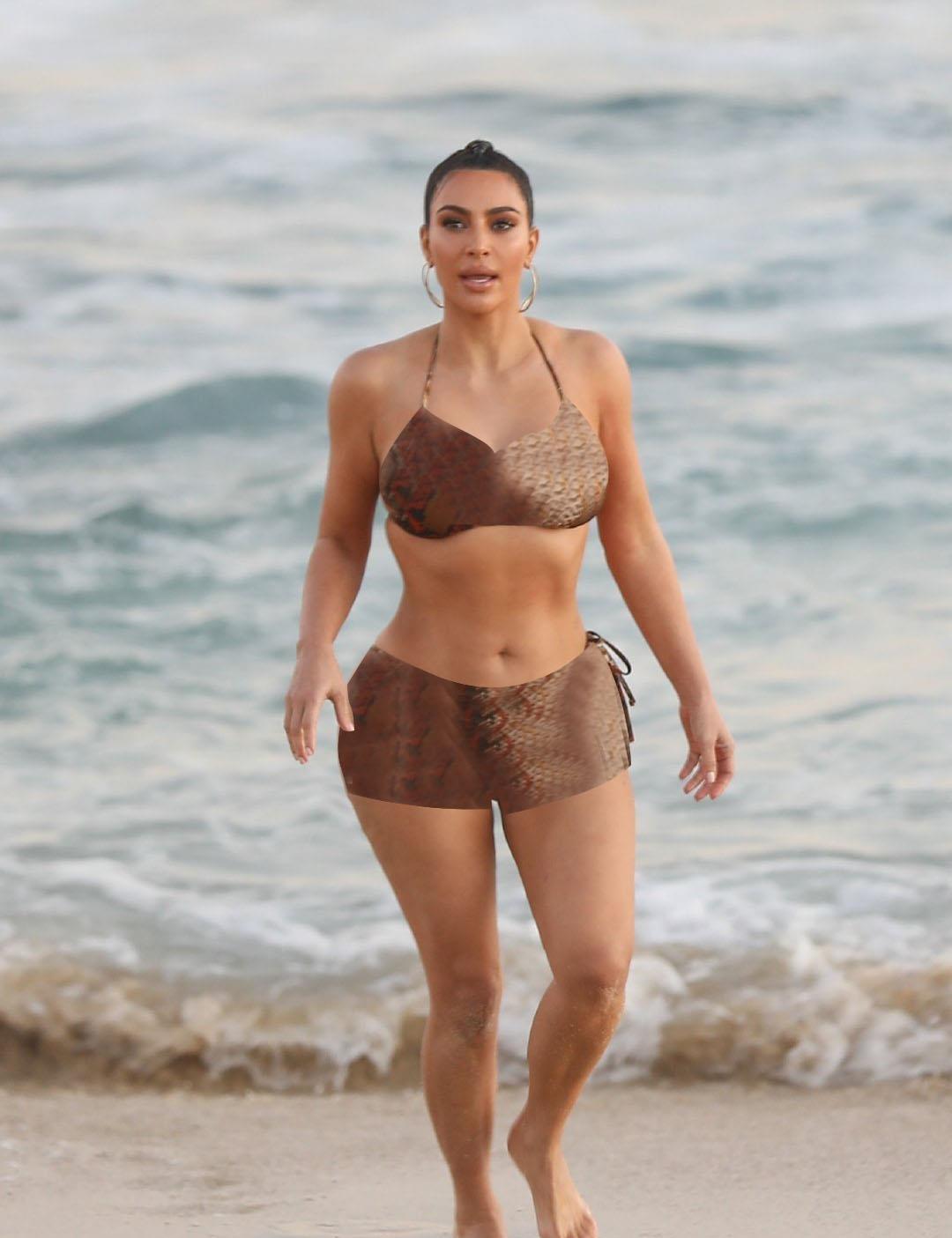 """金·卡戴珊穿蛇纹装在海边大秀""""葫芦型"""