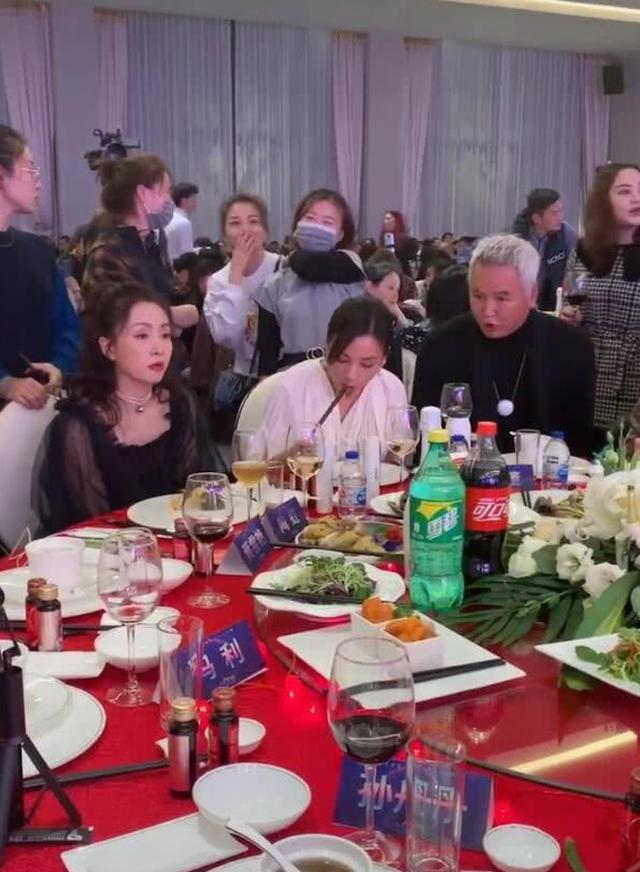 """""""微商皇后""""张庭公司年会曝光,看到桌上的饭菜:瞬间我就放心了!"""