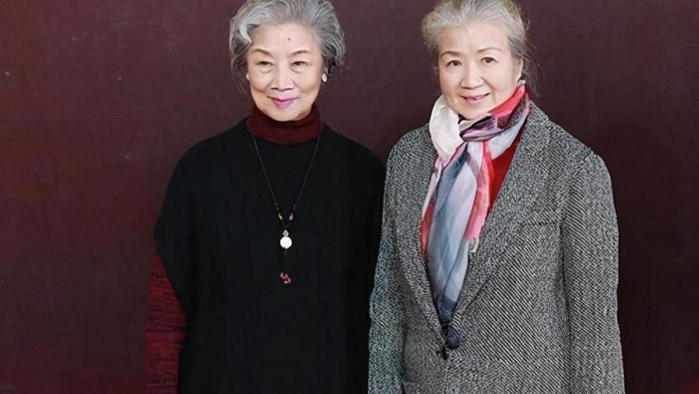 76岁曹翠芬老了好慈祥,穿西装戴丝巾和吕中领奖,真优雅端庄