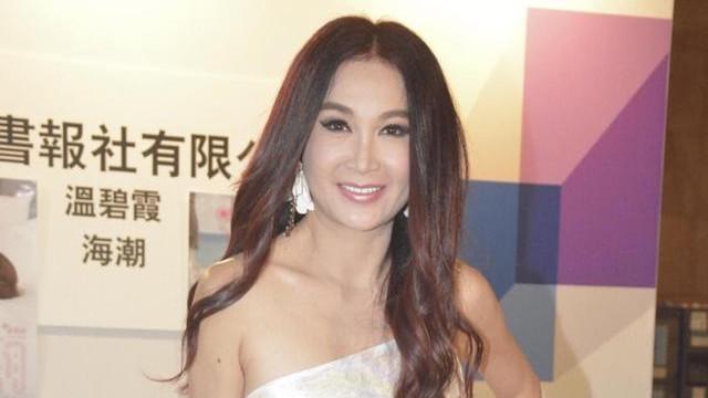 54岁温碧霞看上去好嫩,身穿白色斜肩连衣裙,跟年轻时看不出区别