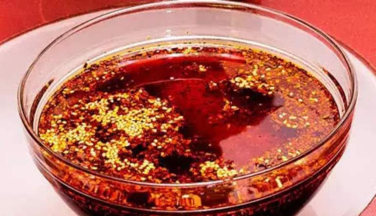 制作辣椒油时,还在直接泼热油吗?