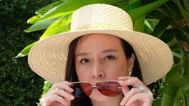 时髦不分年龄,54岁富婆长发披肩穿白T恤,同框思蕊梵公主也不输