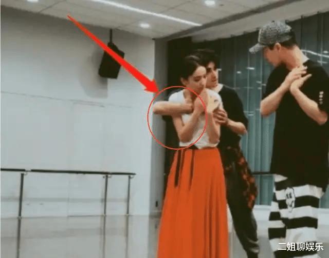 佟丽娅练舞牺牲大,男舞伴竟公然吃豆腐!网友:真是让人忍不了