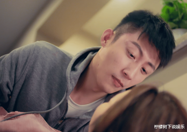 黄景瑜把热巴扑倒,看清他抱热巴的手势,才是对女演员最好的保护