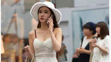 吊带连衣裙搭配平底鞋,简单朴素,时尚有内涵