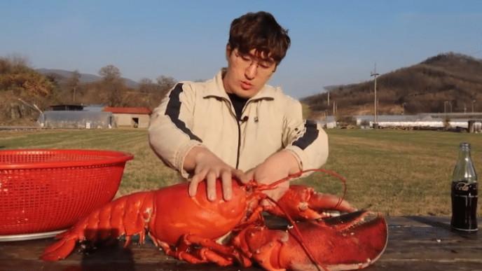 """大胃王挑战50斤""""龙虾"""",掰开虾尾一看却穿帮,网友:别装傻了!"""