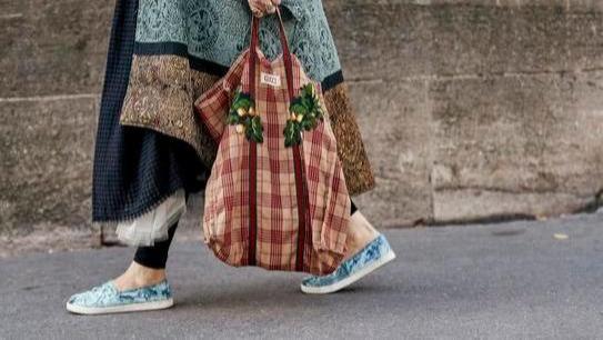 """盛夏出街背啥包?舒适百搭的""""帆布包"""",让你美到骨子里"""