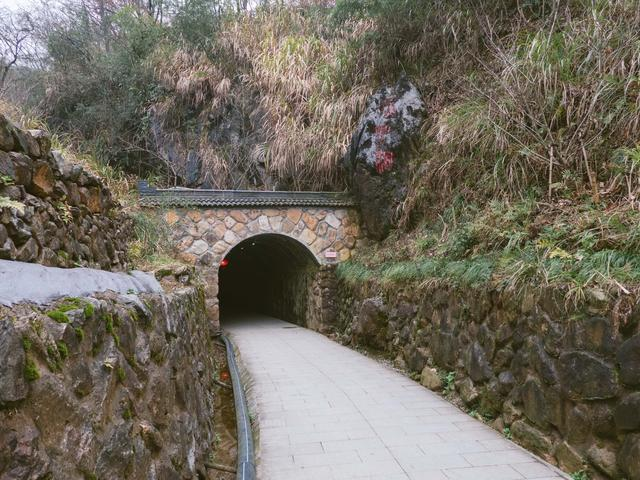 杭州桐庐有个天子洞,坐落在山顶,被誉为亚洲最大竖井溶洞