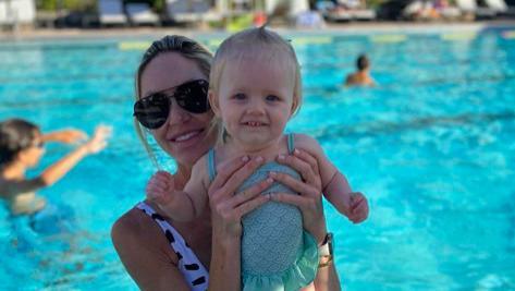 特朗普儿媳吊打伊万卡!穿奶牛纹泳衣身材火辣,1岁女儿似小天使