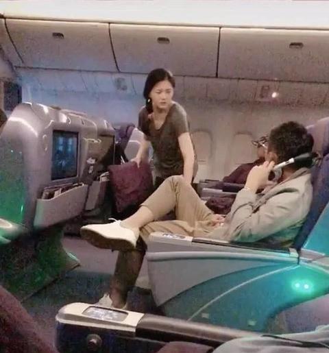 Big S抱着枕头在飞机上,忽略了图像,汪小菲非常害怕,以至于他立即摘下耳机听着