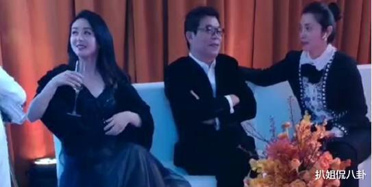 赵丽颖好厉害,微博之夜不和85花同框,和华谊总裁王中军坐一起密聊
