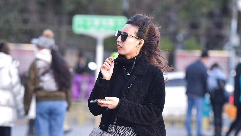冬季穿搭要有层次感,斑马纹短裙和呢子大衣,显身材比例还有风度