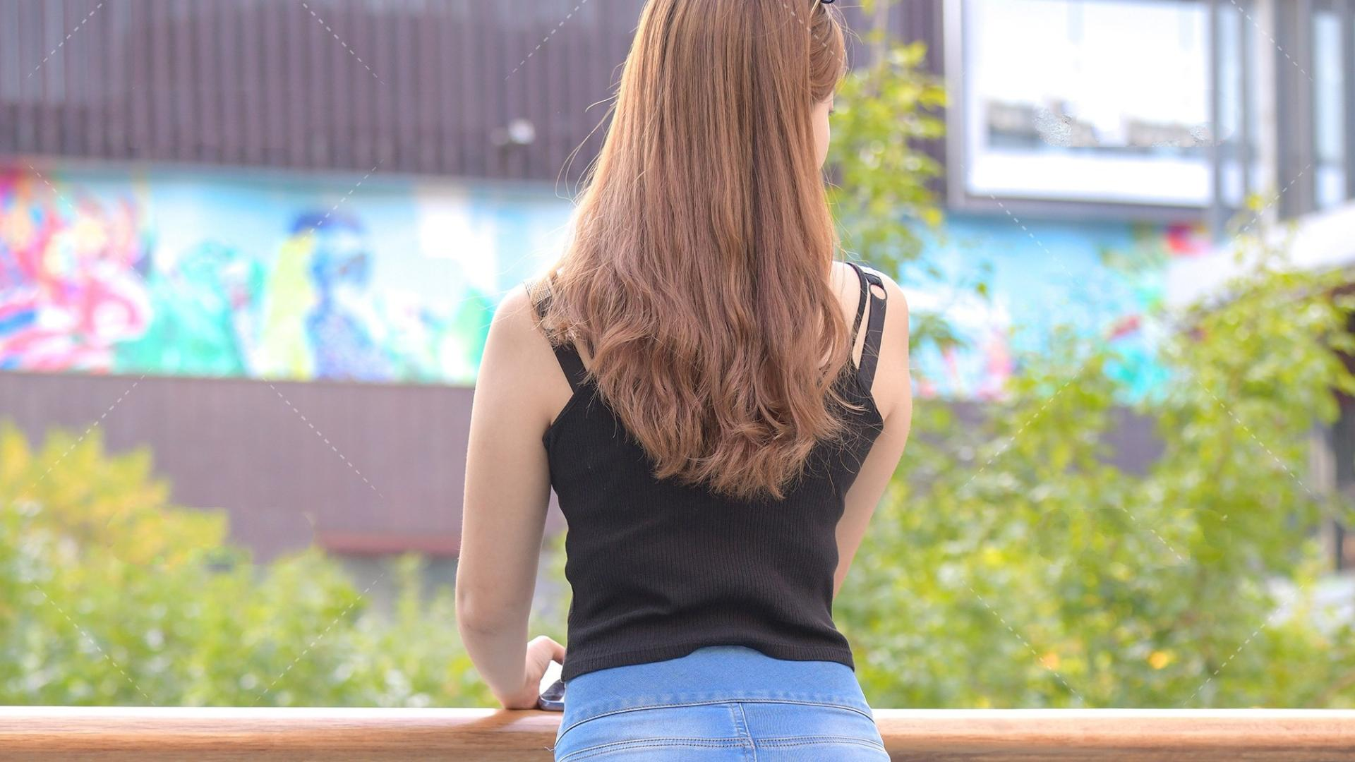 微胖女孩夏日穿搭,短吊带搭配马丁靴,舒适又美观