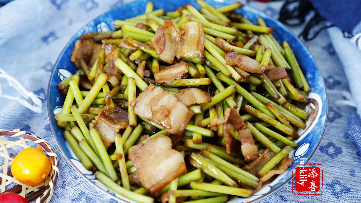 【添喜的厨房】猪肉价格回落,肥嘟嘟的蒜苔炒五花肉来治愈下