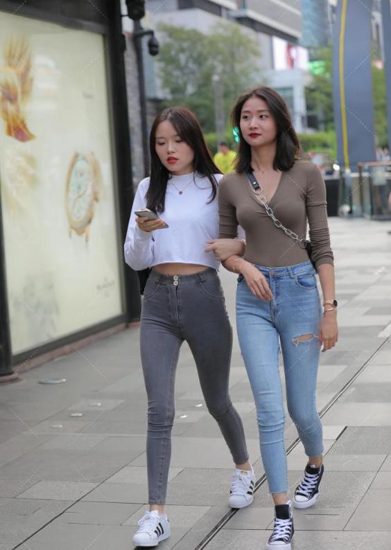 """姐妹逛街看似和谐,实则互相""""攀比""""穿搭,真怕俩人互踩起来"""