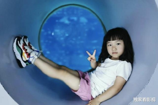 岳云鹏9岁女儿越长越漂亮,爱妻从手术中恢复,一家四口羡煞旁人