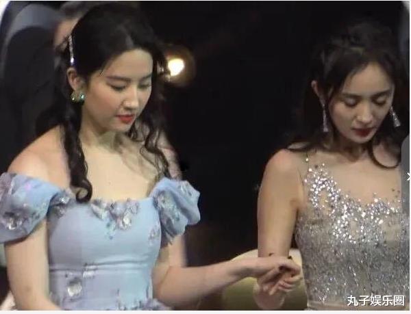 """刘亦菲脸是抹了""""漂白剂""""吗,和旁边杨幂对比,至少相差10个色号"""