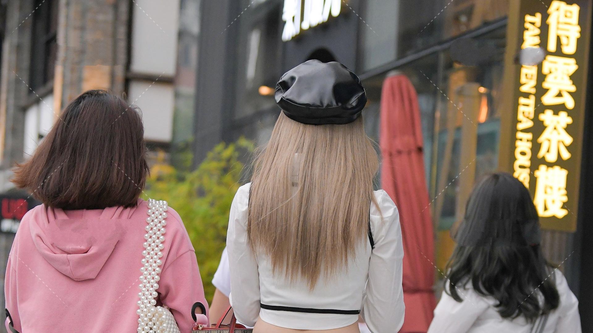 白色衬衫叠穿黑白拼接马甲,再配上一条经典裤子,好看又时尚