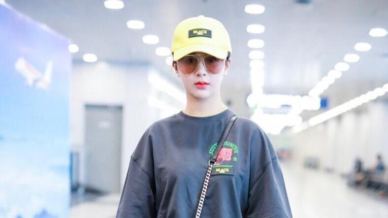 杨紫最近穿搭好认真!灰色T恤叠穿黄色打底衫,再配小黄帽真时髦