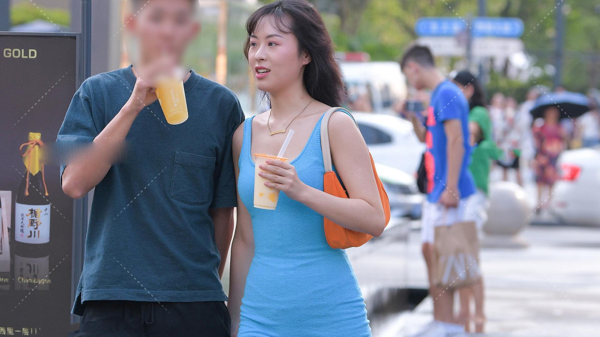 紧身裙才能彰显的独特气质,布鞋里藏着一副长袜,橙色背包太亮眼