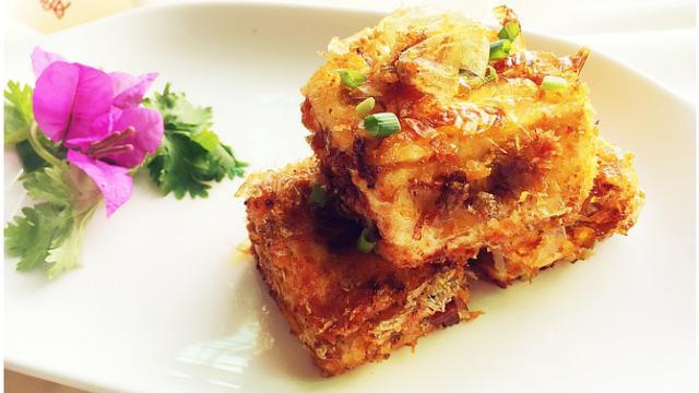 煎豆腐时,不要直接下锅煎,耍个小聪明,豆腐外酥里嫩不碎不粘锅