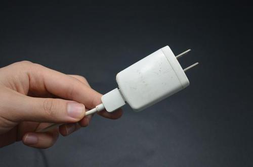 你家有旧手机充电头吗?留在家中特别实用,一年能省几百元,厉害