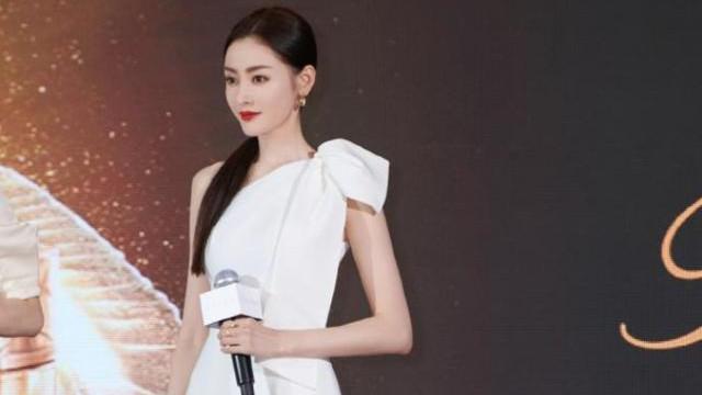 时尚斜肩连衣裙,搭配银色凉高跟,张天爱尽显出魅力十足的气质美