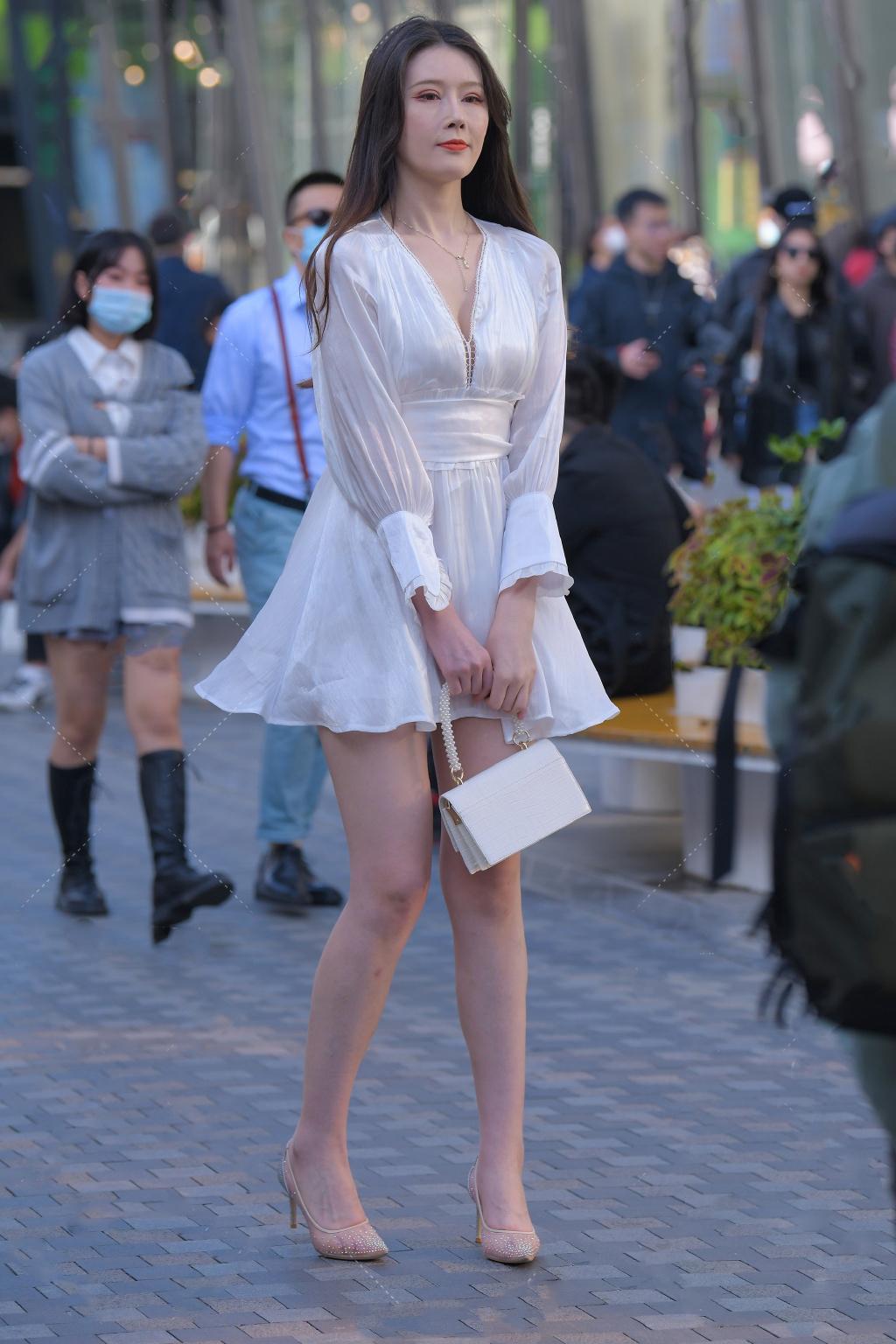 穿搭任性的女生,秋天依旧选择清爽短裙,只为追求飘逸浪漫的美
