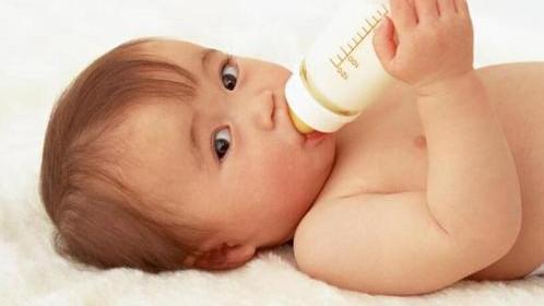 先放水还是先放奶粉?放反了易伤婴儿肠胃,冲奶粉要注意这些细节