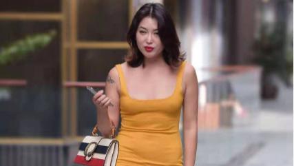 黄色大V领连衣裙搭配透明凉鞋,宽松舒适,青春减龄