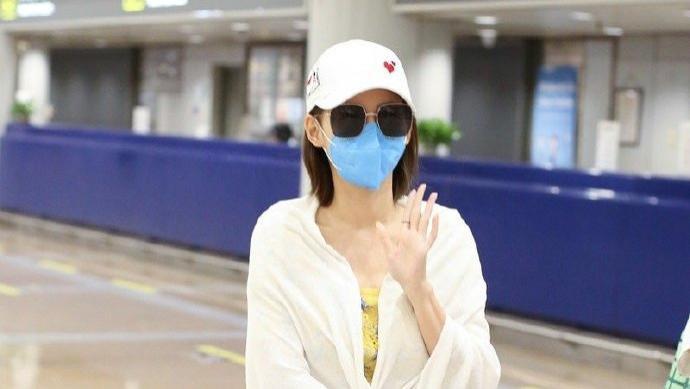 张嘉倪像披着浴巾走机场,内搭黄色印花连衣裙,造型美得好高级