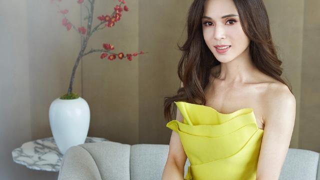 宛如20岁少女,李若彤身着绿色挂脖蕾丝裙,气质立刻凸显出来