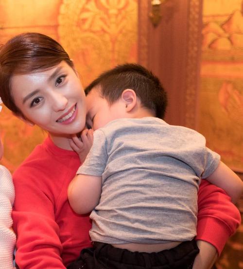 魂锁典狱长出装_佟丽娅儿子长大了!4岁就彰显出不凡的运动细胞,脸颊肉乎超可爱