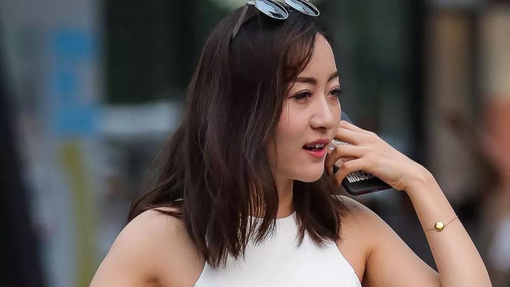 气质女生的简约风穿搭,一条白色无袖连衣裙搭配,大方优雅显气质