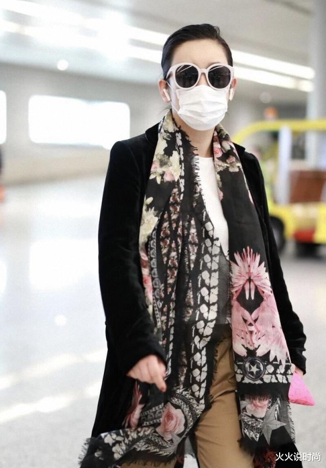 秦海璐太有御姐范,黑色大衣配墨镜霸气十足,这气质中年女星里少有