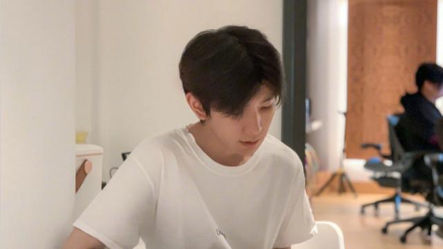 TFBOYS都爱晒腿毛:王俊凯的成熟,王源的正常,千玺的简直绝了