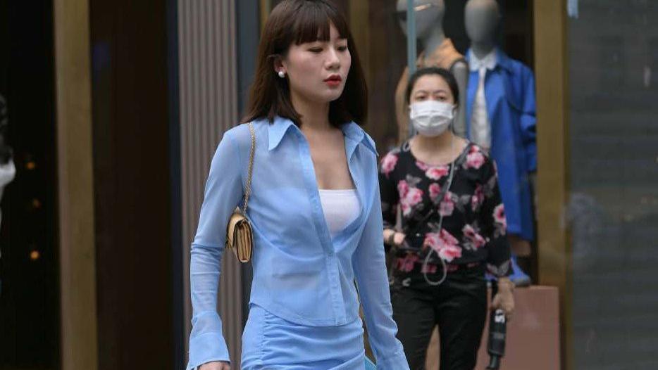 年轻人的职场穿搭示范, 蓝色衬衫+小短衫+短裙, 职场小白轻松上手