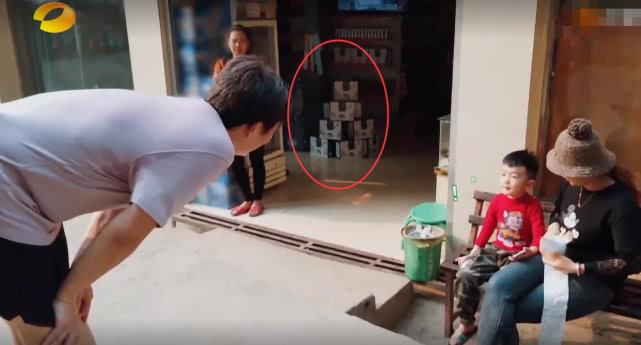 《向往4》黄磊路过小卖部,货架商品曝光,有没有剧本一目了然