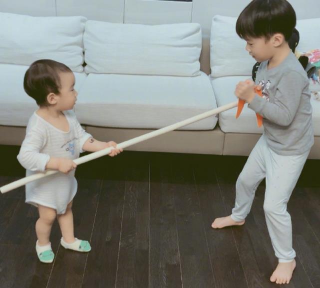 吴京两子近照公开,二人比武好有爱,大儿子武术姿势被夸专业
