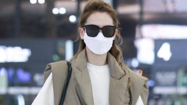 戚薇现身机场,羽绒马甲配T恤短裤时髦又高街,冬装造型太拉风