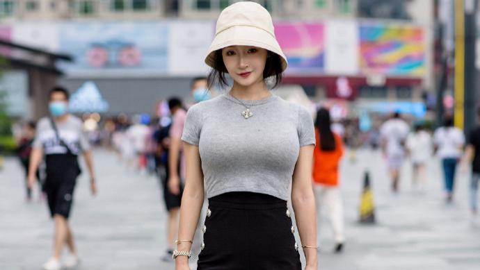 """街头女生真会""""玩"""",穿的衣服又短又紧,这样才显时髦?"""