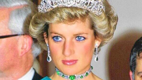 婆媳三人眼妆大比拼,戴妃蓝色眼线魅惑,梅根这次稳赢嫂子凯特