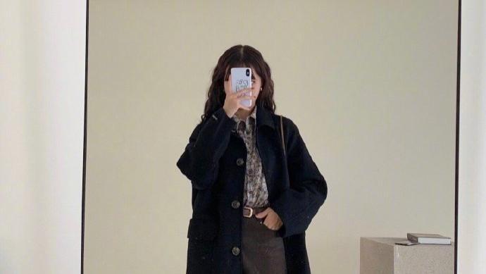 黑色长款大衣怎么搭?紧身牛仔裤放一边,3个穿搭方式更时髦