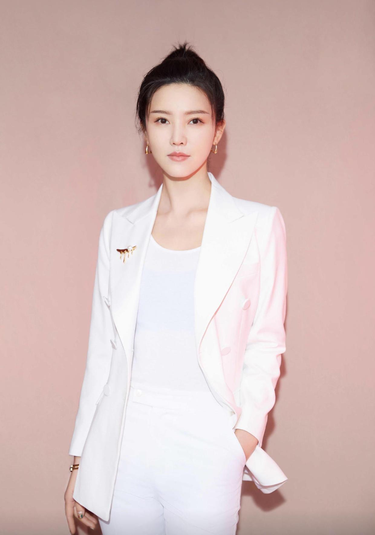 杨子姗厉害了,穿一件白色的西装外套搭配长裤,时髦迷人
