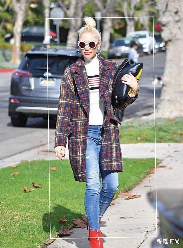 """今年的""""毛呢大衣+牛仔裤""""又火了,简单搭配也高级,明星都上头插图34"""