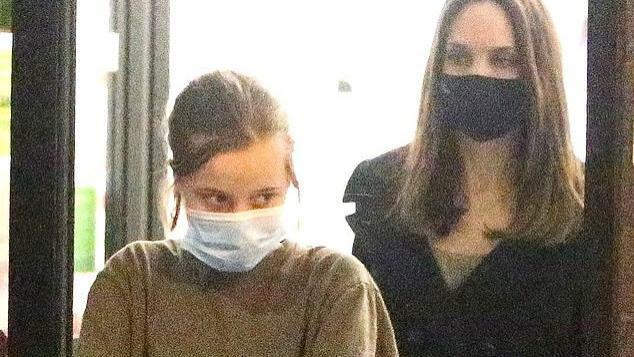 安吉丽娜·朱莉带娃扫货,穿系带风衣仙气十足,12岁女儿却只穿短袖T恤